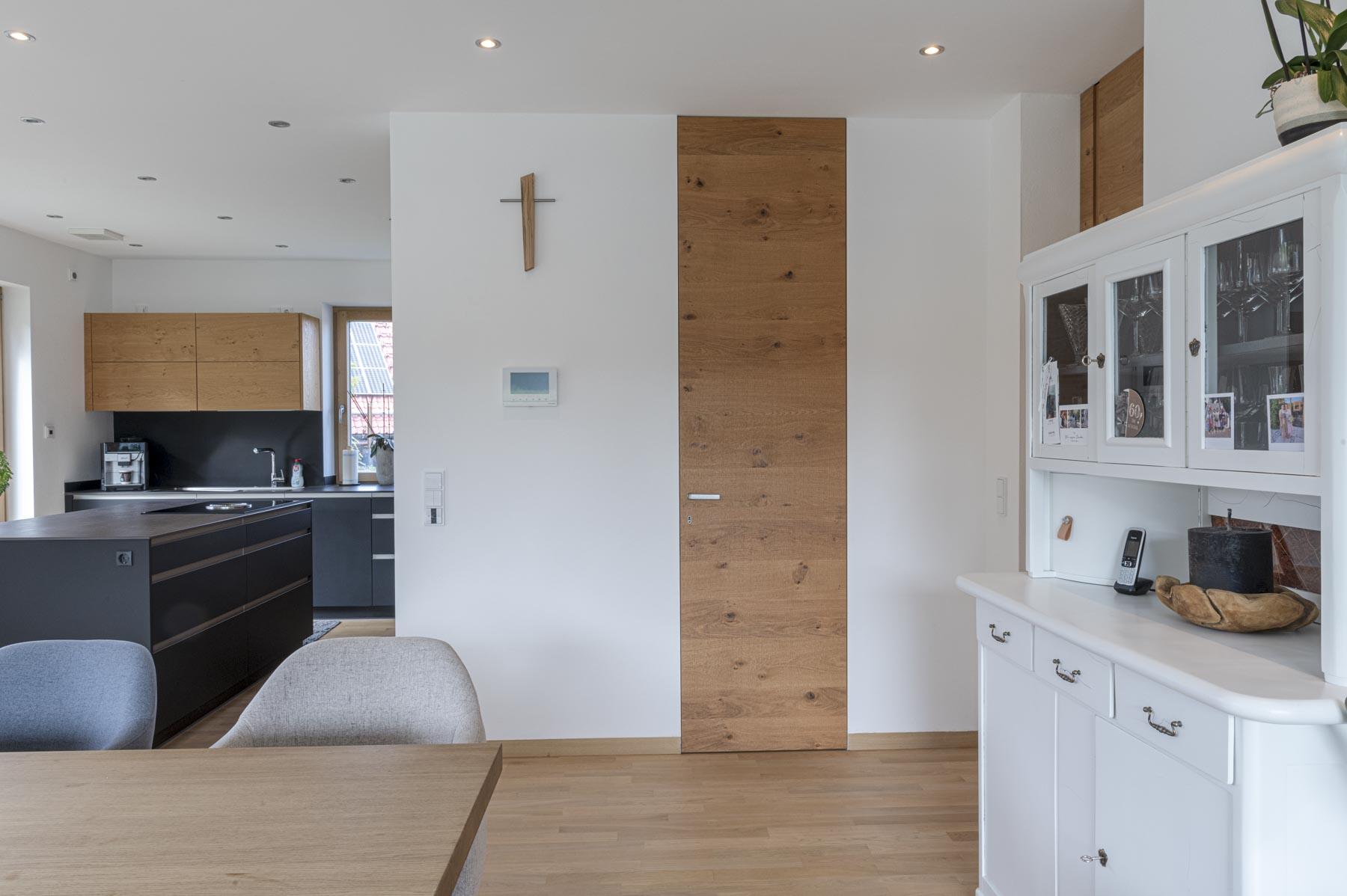 Rahmenlose Zimmertüre raumhoch und wandbündig